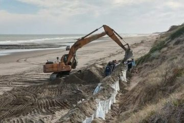 El mar se come las playas de Pehuen Co: pusieron bolsones de arena como defensa